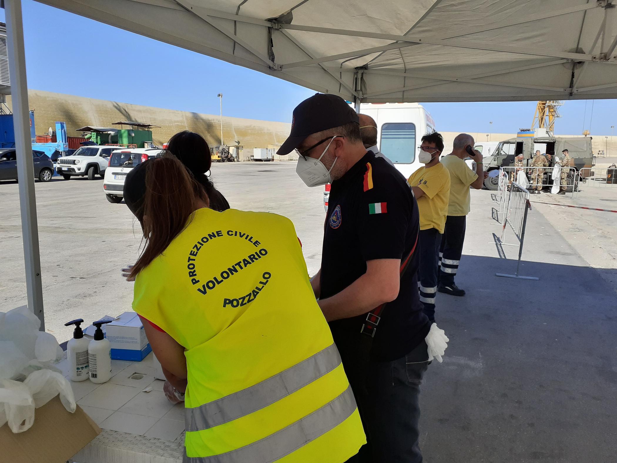 Pozzallo (Rg), esercitazione antincendio e assistenza per lo sbarco migranti nell'area portuale