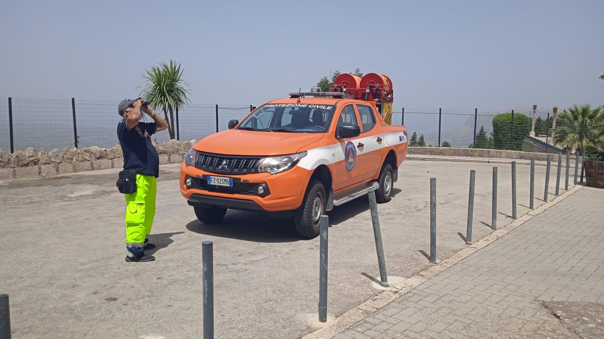 Sentinelle antincendio. In tutta la Sicilia centinaia di volontari sono operativi per prevenire l'azione di piromani e il manifestarsi di incendi boschivi e di interfaccia.