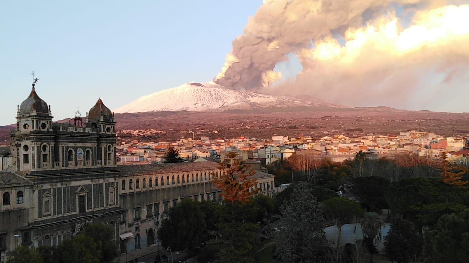 Aggiornamento ERUZIONE ETNA: è cessata  l'attività stromboliana, anche se in nottata si sono registrate sporadiche esplosioni dal Cratere Voragine.