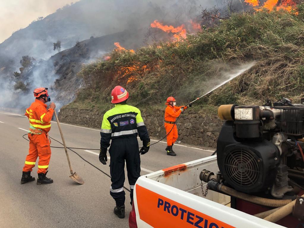 Incendi in Sicilia. Vasti fronti di fuoco in provincia di Messina, Palermo